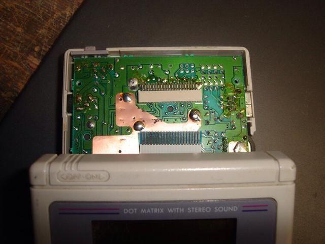 Ahora tiene que desconectar el cable de la pantalla. ¡TEN MUCHO CUIDADO! El cable plano que conecta la pantalla de matriz de puntos a la gamboy's motherboard is very thin.